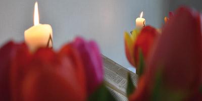 Altar der Kirche Putbus mit Blumen und Kerzen